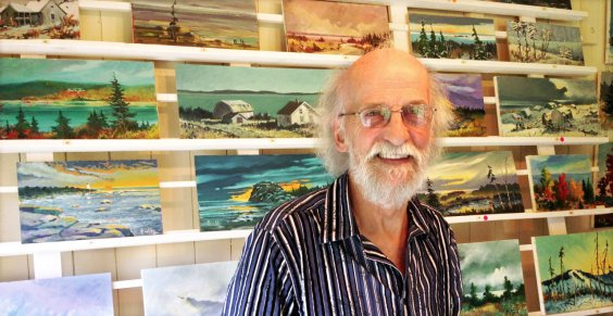 Un artiste heureux dans sa galerie, lors du vernissage de ses oeuvres, le 30 juin 2013.